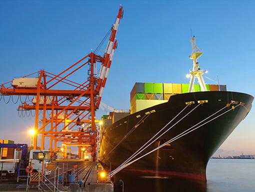 Cargo au port chargement conteneur déménagement maritime Lucas outre-mer